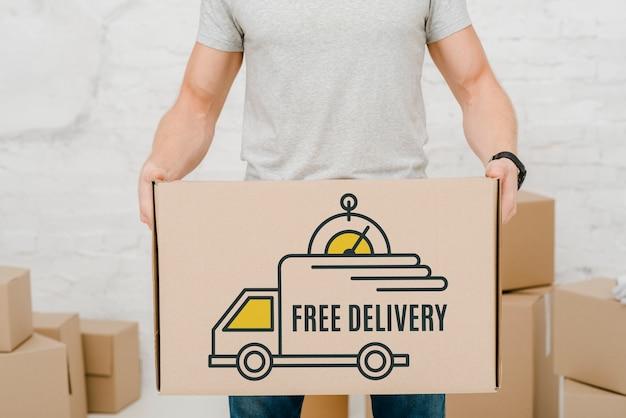 Mockup de hombre con cajas de cartón