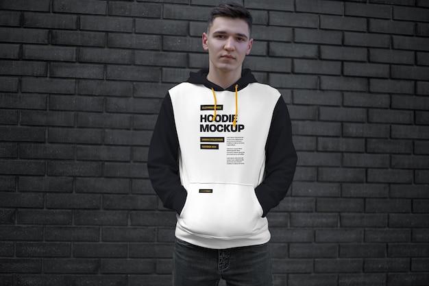 Mockup hoodie. stenen muur. stedelijke stijl