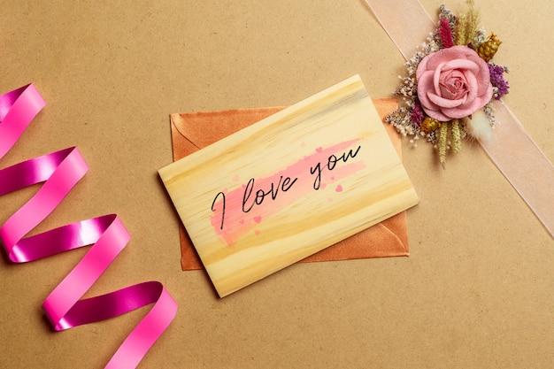 Mockup houten kaart met kraftpapier-rozen
