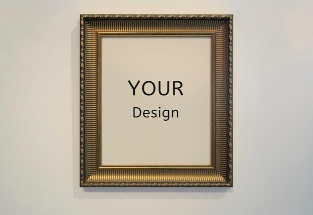 Mockup il tuo segno di design golden picture frame e la trama del muro