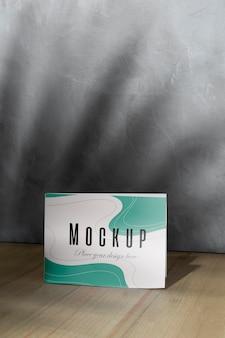 Mockup-kaart op de tafel met schaduwen
