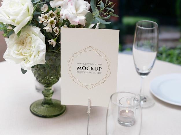 Mockup-kaart voor de instelling van de bruiloftstafel