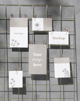 Mockup-kaarten die op rasterdraadbord hangen