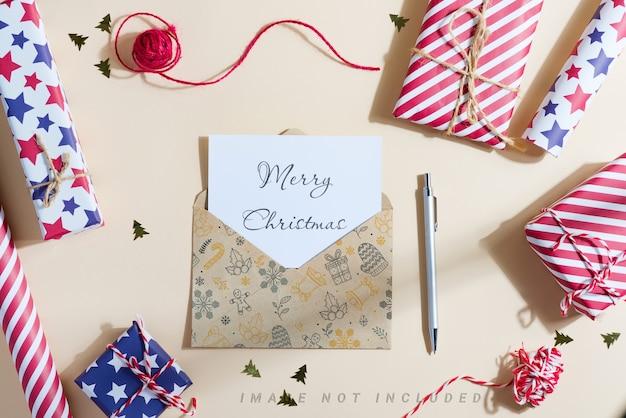 Mockup kerstkaart met geschenkdozen en brief aan de kerstman.