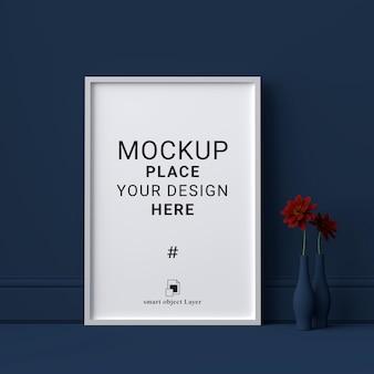 Mockup leeg fotolijstje op donkerblauwe muur