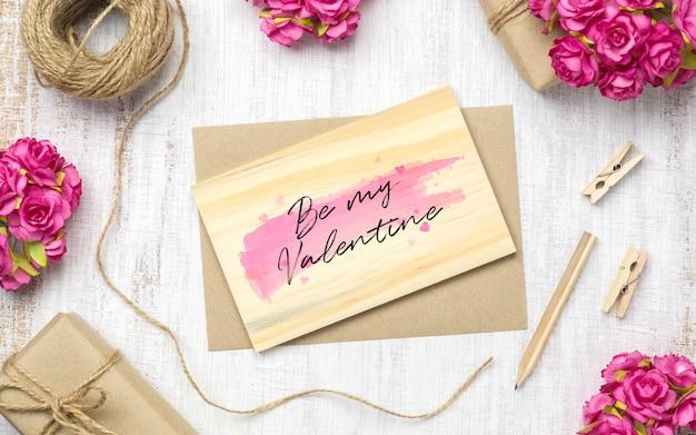Mockup lege houten kaart en envelop