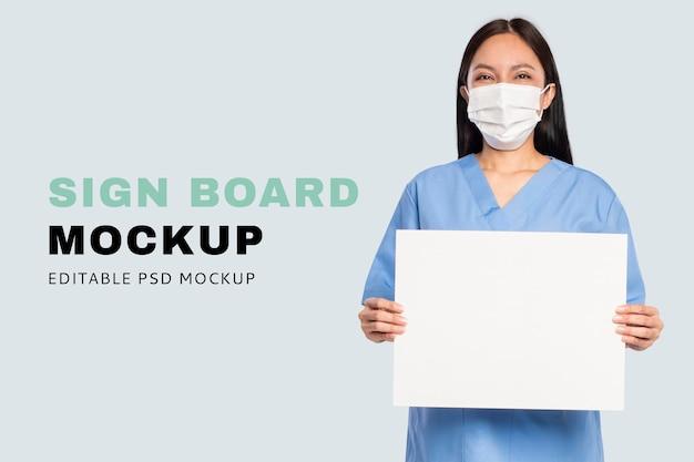 Mockup de letrero psd mostrado por un médico