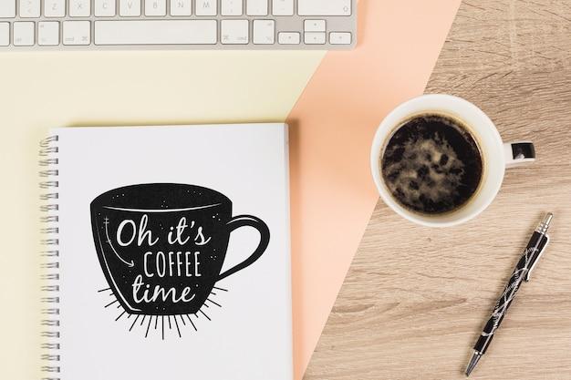 Mockup de libreta con café