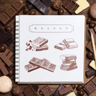 Mockup de libreta cuadrada sobre fondo de chocolate