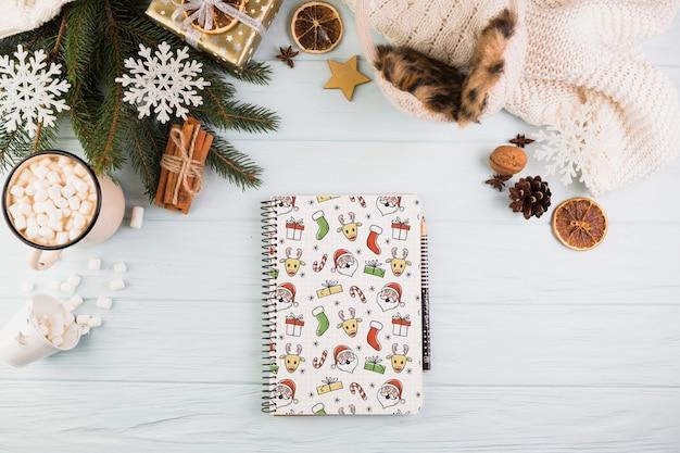 Mockup de libreta con decoración de navidad