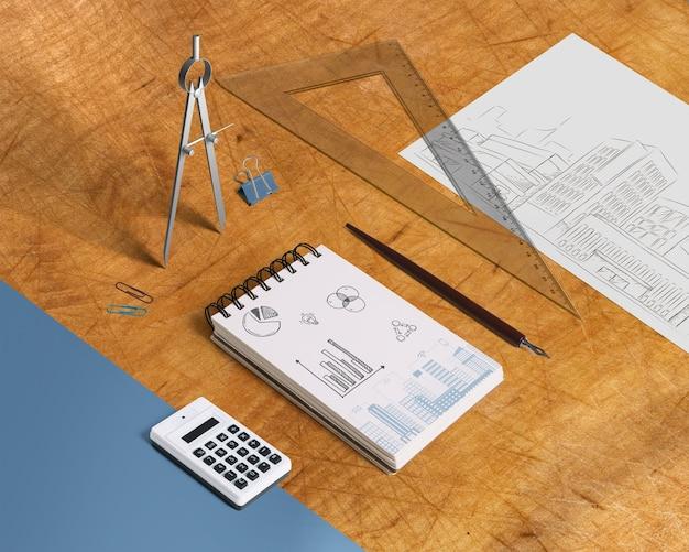 Mockup de libreta con elementos desde perspectiva isométrica