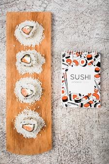 Mockup de libreta espiral con concepto de comida japonesa