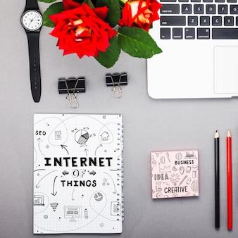 Mockup de libreta con objetos de internet