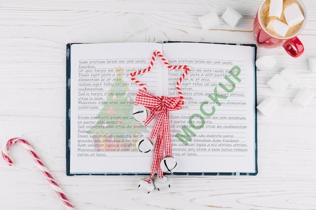 Mockup de libro abierto con decoración de navidad