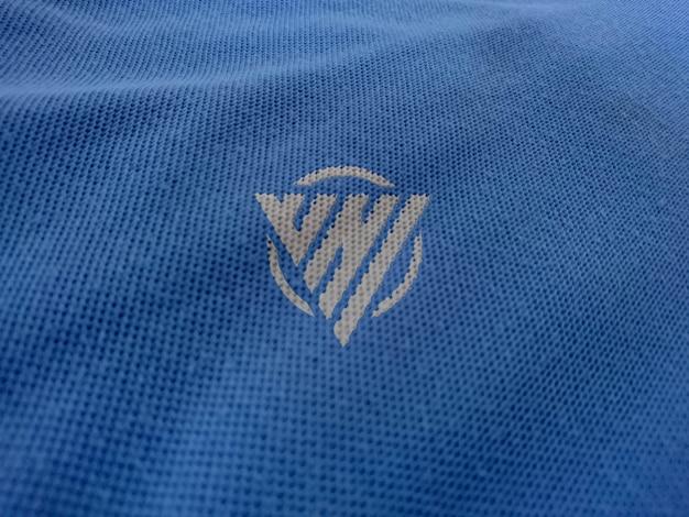 Mockup-logo op het t-shirt
