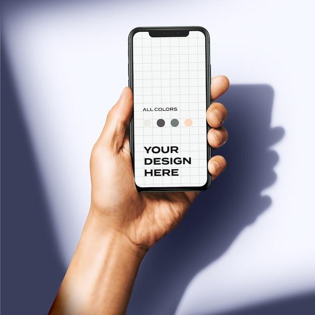 Mockup de mano sosteniendo nuevo teléfono inteligente