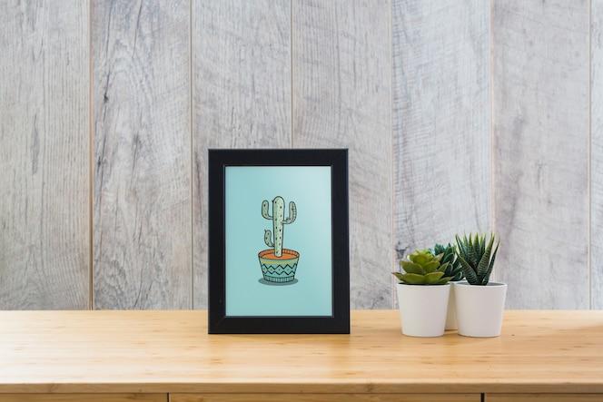 Mockup de marco en mesa con plantas