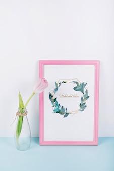 Mockup de marco rosa con tulipán decorativo