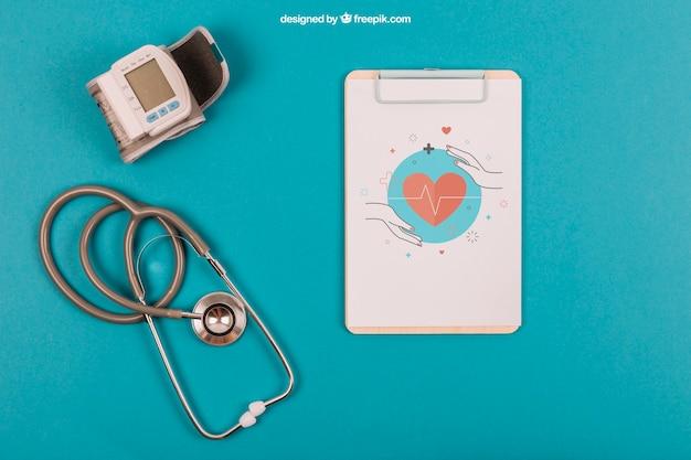 Mockup médico con portapapeles y estetoscopio