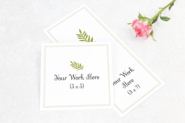 Mockup menu di nozze e numero di carta con fiore