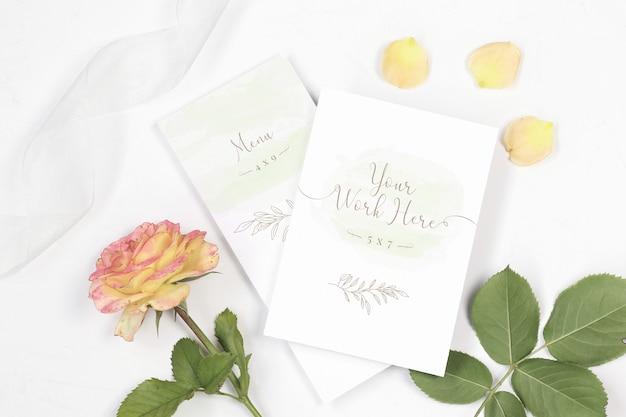 Mockup-menu en bedankt opslaan de datumkaart met roos en lint