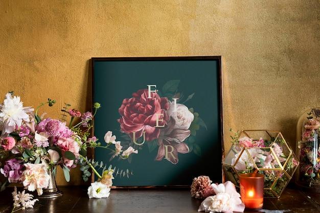 Mockup met bloemenframe bij de gele muur