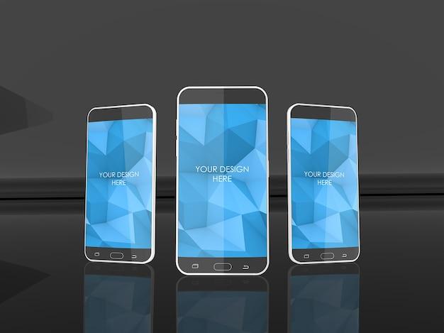 Mockup met drie smartphoneschermen in reflecterende zwarte studio