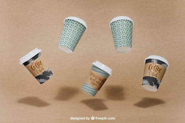 Mockup met drijvende koffiekoppen