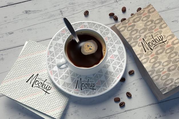 Mockup met een koffiekopcompositie met vervangbare patronen