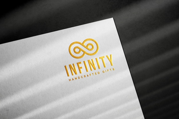 Mockup met gouden logo in reliëf
