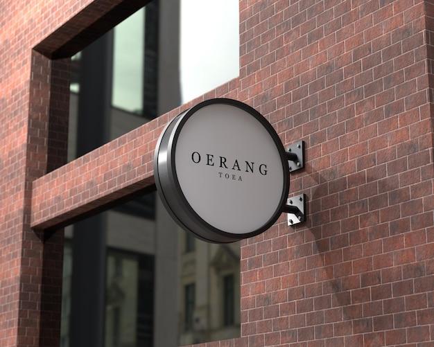 Mockup met hangend logo-uithangbord aan de muur