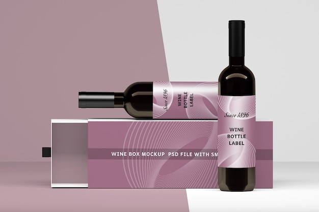 Mockup met horizontale opstelling van geopende doos en twee flessen met blanco etiketten
