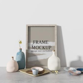 Mockup met houten frame naast keramische vazen