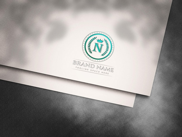 Mockup met ingeslagen logo op wit gesneden papier