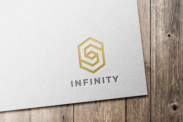 Mockup met ingeslagen logo op wit papier