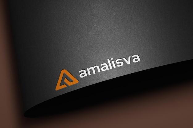 Mockup met ingeslagen logo op zwart gebogen papier