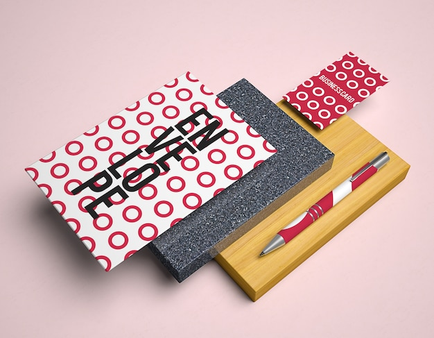Mockup met potloden en envelop