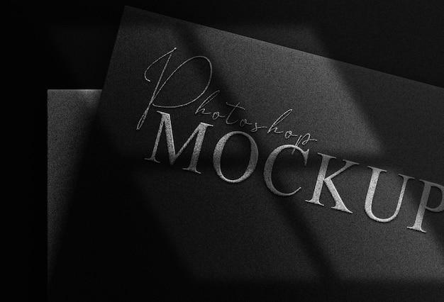 Mockup met zilveren letterpress-logo in reliëf