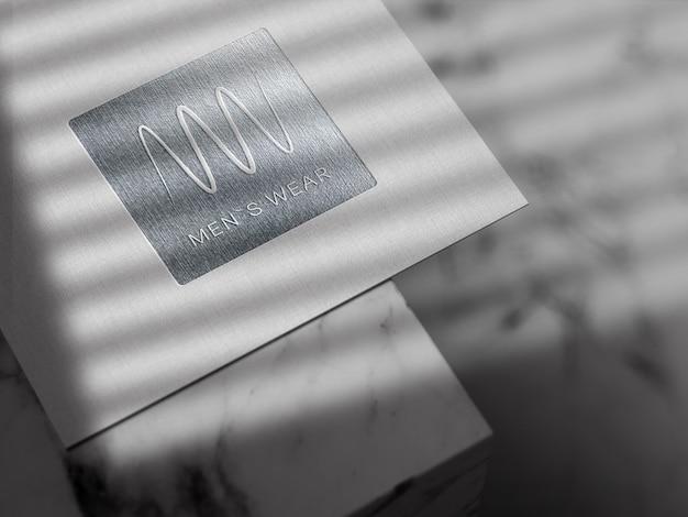 Mockup met zilveren logo in reliëf op linnen papier