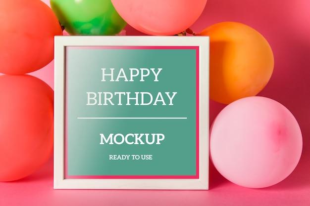 Mockup modificabile psd con una cornice quadrata e mongolfiere colorate festive
