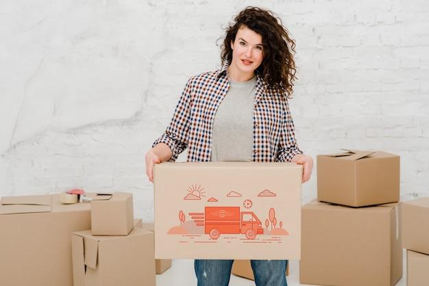 Mockup de mujer con cajas de cartón