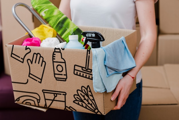 Mockup de mujer cajas de cartón