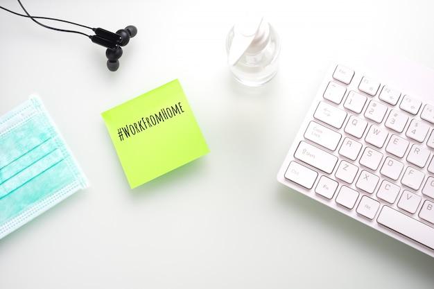 Mockup notitie op kantoor aan huis tafel tijdens coronavirus pandemie.