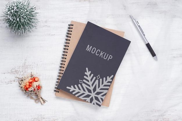 Mockup notitieboekje met zwarte omslag voor kerst- en nieuwjaarsdecoratie