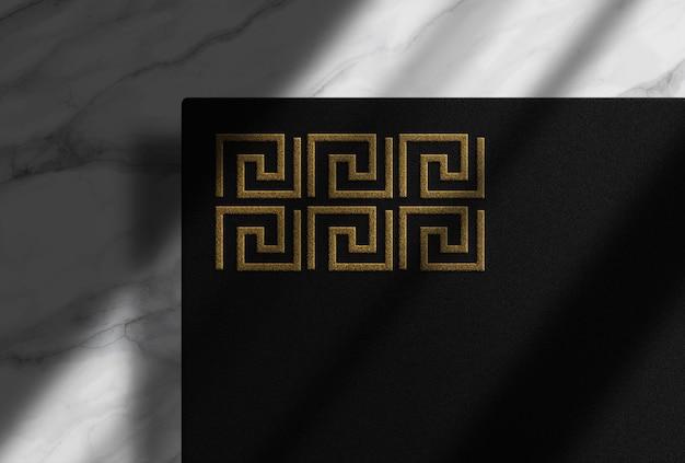 Mockup-ontwerp met gouden reliëf
