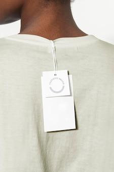 Mockup-ontwerp van het gewone kledingprijskaartje op de tee