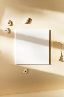 Mockup ontwerppresentatie van papieren kunstwerken