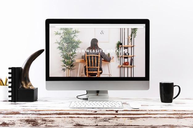 Mockup de ordenador en escritorio de madera