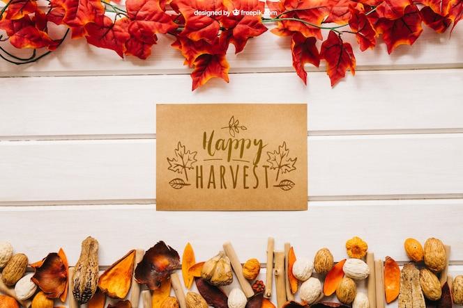 Mockup de otoño con tarjeta de felicitación