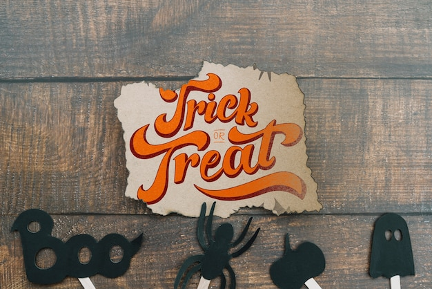 Mockup de papel con concepto de halloween y elementos abajo